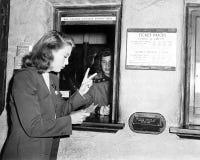Μια γυναίκα που αγοράζει δύο εισιτήρια (όλα τα πρόσωπα που απεικονίζονται δεν ζουν περισσότερο και κανένα κτήμα δεν υπάρχει Εξουσ Στοκ Εικόνες