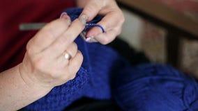 Μια γυναίκα που κάνει το πλέξιμο απόθεμα βίντεο