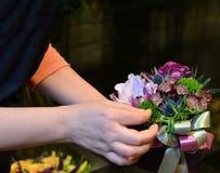 Μια γυναίκα που κρατά μια ανθοδέσμη σε ένα μικρό κιβώτιο Στοκ Φωτογραφίες