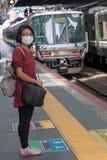 Μια γυναίκα που περιμένει ένα τραίνο, στοκ φωτογραφίες
