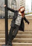Μια γυναίκα που περιστρέφει γύρω από τη θέση λαμπτήρων Στοκ εικόνες με δικαίωμα ελεύθερης χρήσης