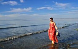 Μια γυναίκα που περπατά από τη λίμνη Στοκ εικόνα με δικαίωμα ελεύθερης χρήσης
