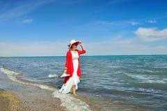 Μια γυναίκα που περπατά από τη λίμνη Στοκ Φωτογραφία