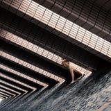 Μια γυναίκα που περπατά σε μια οδό με τη σύγχρονη αρχιτεκτονική Στοκ εικόνα με δικαίωμα ελεύθερης χρήσης