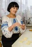 Μια γυναίκα προετοιμάζεται να φάει στοκ εικόνες