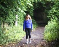 Μια γυναίκα προκύπτει από ένα σκιερό Snicket Στοκ φωτογραφία με δικαίωμα ελεύθερης χρήσης