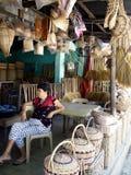 Μια γυναίκα πωλεί τα διαφορετικά είδη προϊόντων βιοτεχνίας και σπιτιών Στοκ Εικόνες