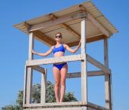 Μια γυναίκα σε ένα μπλε κοστούμι λουσίματος στο παρατηρητήριο των σωτήρων στην παραλία στοκ εικόνες με δικαίωμα ελεύθερης χρήσης
