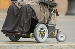 Μια γυναίκα σε μια αναπηρική καρέκλα Στοκ εικόνες με δικαίωμα ελεύθερης χρήσης
