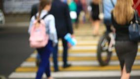 Μια γυναίκα σε μια οδό πόλεων δεν υποψιάζεται ότι το τηλέφωνό της κλάπηκε από έναν πονηρό πορτοφολά Διασχίζει το δρόμο μέσω του α φιλμ μικρού μήκους