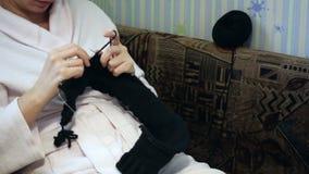 Μια γυναίκα σε μια ρόμπα συμμετείχε στο πλέξιμο απόθεμα βίντεο