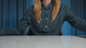 Μια γυναίκα σπουδαστής απορρίπτει έναν σωρό των βιβλίων και επιλέγει μια ταμπλέτα εργασία μερών Κινηματογράφηση σε πρώτο πλάνο απόθεμα βίντεο