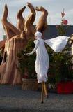 Μια γυναίκα στα ξυλοπόδαρα στη Αγία Λουκία τηβέννων Στοκ Φωτογραφίες