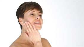 Μια γυναίκα στην ηλικία με ένα ελαστικό δέρμα προσώπου απόθεμα βίντεο
