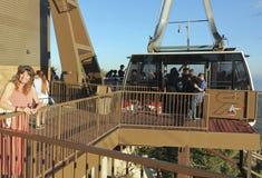 Μια γυναίκα στη μέγιστη εναέρια γέφυρα παρατήρησης τροχιοδρομικών γραμμών Sandia Στοκ εικόνα με δικαίωμα ελεύθερης χρήσης