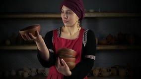 Μια γυναίκα στο εθνικό Turkic ντύνει την τοποθέτηση για έναν βλαστό φωτογραφιών απόθεμα βίντεο