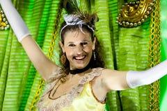 Μια γυναίκα στο κοστούμι που χορεύει σε καρναβάλι σε Sambodromo στο Ρίο ντε Τζανέιρο Στοκ εικόνα με δικαίωμα ελεύθερης χρήσης