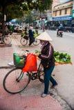 Μια γυναίκα στο παραδοσιακό κωνικό καπέλο Στοκ φωτογραφία με δικαίωμα ελεύθερης χρήσης