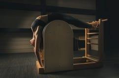 Μια γυναίκα συμμετέχει σε Pilates Ικανότητα και αθλητισμός Στοκ φωτογραφία με δικαίωμα ελεύθερης χρήσης