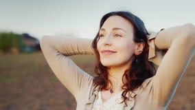 Μια γυναίκα συναντά ένα πορτρέτο αυγής Εξετάζει τον ήλιο αύξησης - μια καλή έναρξη στην ημέρα, την αισιοδοξία και την υγεία απόθεμα βίντεο