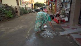Μια γυναίκα σύρει μια προσευχή επισύροντας την προσοχή στο έδαφος απόθεμα βίντεο