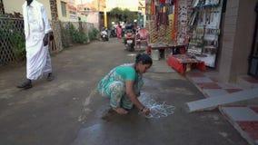 Μια γυναίκα σύρει μια προσευχή επισύροντας την προσοχή στο έδαφος φιλμ μικρού μήκους