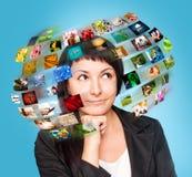 Γυναίκα TV τεχνολογίας με τις εικόνες