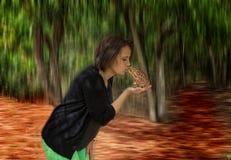 Μια γυναίκα φιλά έναν βάτραχο στοκ εικόνες με δικαίωμα ελεύθερης χρήσης