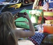 Μια γυναίκα φωτογραφίζει μια επίδειξη σε ένα εκλεκτής ποιότητας αυτοκίνητο παρουσιάζει στη Σάντα Φε Στοκ Εικόνες