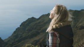 Μια γυναίκα χαλαρώνει στην πλήρη σιωπή ανάμεσα σε ένα όμορφο αλπικό τοπίο απόθεμα βίντεο