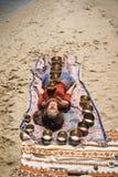 Μια γυναίκα χαλαρώνει με τα τραγουδώντας κύπελλα στο σώμα της Στοκ φωτογραφίες με δικαίωμα ελεύθερης χρήσης