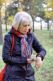 Μια γυναίκα χρησιμοποιεί ένα βραχιόλι ικανότητας για να διαβάσει τα στοιχεία υγείας της Στοκ Εικόνες