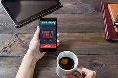 Μια γυναίκα ψωνίζει στο σε απευθείας σύνδεση κατάστημα Εικονίδιο κάρρων Ηλεκτρονικό εμπόριο Στοκ εικόνες με δικαίωμα ελεύθερης χρήσης