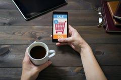 Μια γυναίκα ψωνίζει στο σε απευθείας σύνδεση κατάστημα κόκκινες αγορές σειράς εικονιδίων κάρρων Ηλεκτρονικό εμπόριο Στοκ φωτογραφίες με δικαίωμα ελεύθερης χρήσης