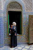 Μια γυναίκα Berber με το μωρό της στα όπλα της στο qasba Tobius ` s στα βουνά ατλάντων στο Μαρόκο Στοκ Εικόνα