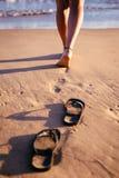 Μια γυναίκα ` slegs που περπατά στον ωκεανό Στοκ Φωτογραφία