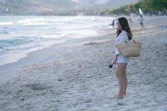 Μια γυναίκα strolling στην παραλία στοκ εικόνες
