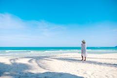 Μια γυναίκα strolling στην παραλία στοκ φωτογραφία