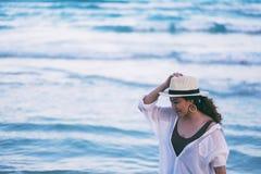 Μια γυναίκα strolling στην παραλία στοκ φωτογραφίες με δικαίωμα ελεύθερης χρήσης