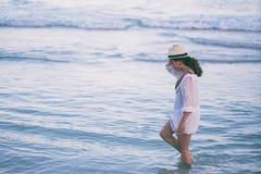 Μια γυναίκα strolling στην παραλία στοκ φωτογραφίες