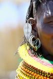 Μια γυναίκα Turkana στο παραδοσιακό βασιλικό έμβλημα Turkana στοκ εικόνα
