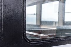 Μια γωνία από ένα παράθυρο μετάλλων σε μια βάρκα Στοκ εικόνες με δικαίωμα ελεύθερης χρήσης