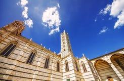 Μια γωνία που πυροβολείται ευρεία του Di Σιένα της Σάντα Μαρία Assunta/Duomo καθεδρικών ναών της Σιένα στη Σιένα Στοκ Εικόνες