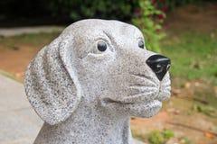 Μια γλυπτική πετρών ενός σκυλιού Στοκ Φωτογραφίες