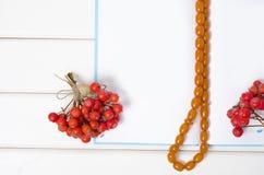 Μια δέσμη κόκκινο rowanberry μούρων διακοσμεί μια μάνδρα σημειωματάριων με χάντρες Στοκ εικόνα με δικαίωμα ελεύθερης χρήσης