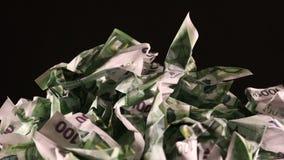 Μια δέσμη τσαλακωμένος εκατό ευρο- τραπεζογραμμάτια περιστρέφεται απόθεμα βίντεο