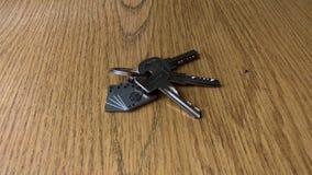 Μια δέσμη των κλειδιών στον πίνακα φιλμ μικρού μήκους