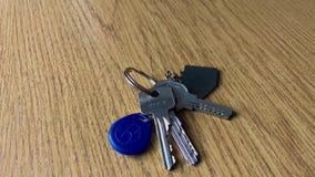 Μια δέσμη των κλειδιών στον πίνακα απόθεμα βίντεο