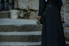 Μια δέσμη των κλειδιών στο χέρι του ιερέα στοκ εικόνα με δικαίωμα ελεύθερης χρήσης