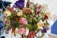 Μια δέσμη των νεκρών λουλουδιών στα διαφορετικά είδη και τα χρώματα Στοκ Φωτογραφία